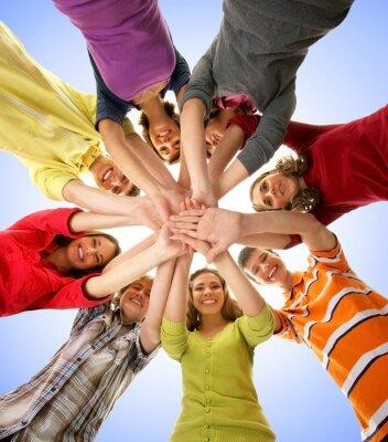 Картина Группа счастливый подростков, держась за руки вместе