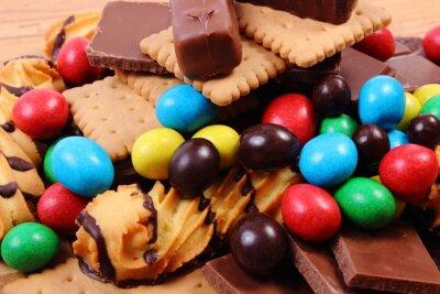 Картина Много сладостей на деревянной поверхности, нездоровое питание