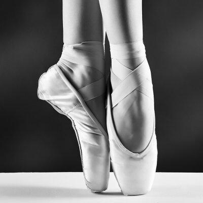 Картина Фото пуантах балерины на черном фоне