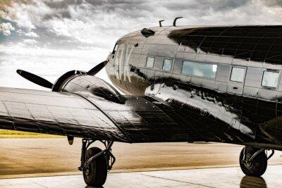 Картина Самолет Второй мировой войны смотрит на своего вешалка-официанта на погодные условия