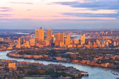 Картина Вид с воздуха на восточном Лондоне финансовом районе Canary Wharf Docklands кружил по реке Темзе, со зданиями, освещаемых красочный закат