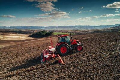 Картина Воздушный вид тракторов, работающих на поле сбора урожая