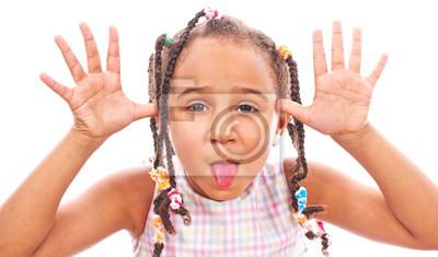 Африканский маленькая девочка в оттенках, показывать ее язык