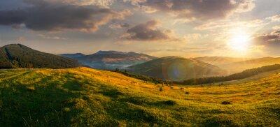 Картина сельскохозяйственные поля в горах на закате