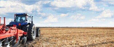 Картина Сельскохозяйственная техника работает в полевых условиях