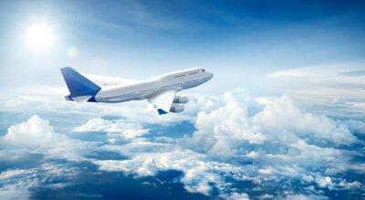 Картина Самолет пролетает над облаками