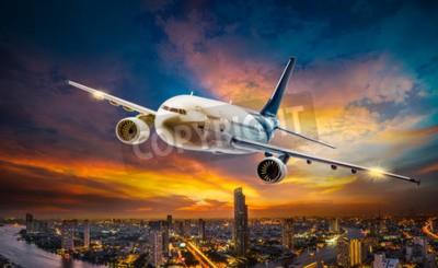 Картина Самолет для перевозки, пролетая над городом ночной сцены на фоне прекрасного заката