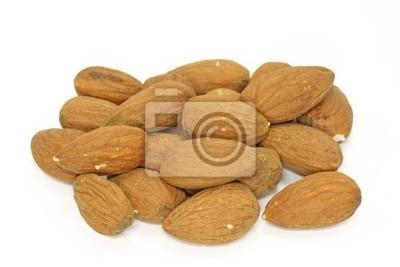 Миндальных орехов на белом фоне