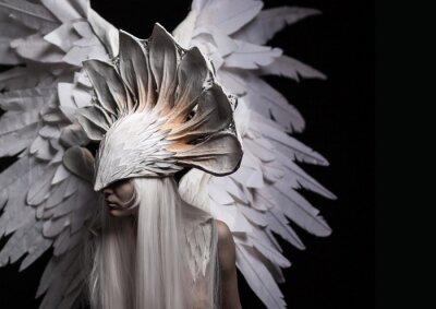 Картина Ангел, костюм, концепция, кинематографической, портрет молодой девушки и белый парик, который несет в себе большую белую маску и большие белые крылья. драматичный
