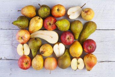 Картина яблоки и груши целые и Половинки выстрел сверху на белых деревянных досок