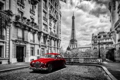 Картина Художественный Париж, Франция. Эйфелева башня видно с улицы с красной ретро лимузина автомобиля.