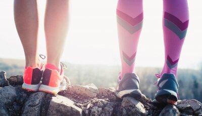 Картина спортсмен работает спортивные ноги на след здорового образа жизни фитнес