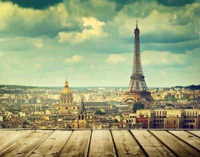 Картина фон с деревянным столом палубы и Эйфелева башня в Париже