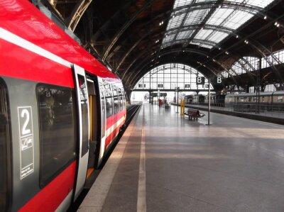 Картина Поезд останавливается на станции