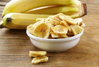 Картина банановые чипсы, сушеные фрукты на деревянный стол