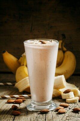 Картина Банановый коктейль с молоком, молотого миндаля в большой чашки на