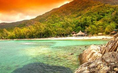Картина залив в море. Коттеджи на белом песчаном пляже