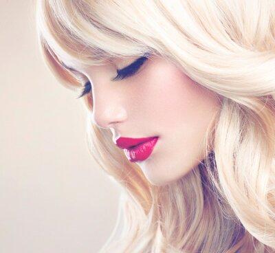 Картина Красивая блондинка девушка с здоровой длинными волнистыми волосами. Белый волос