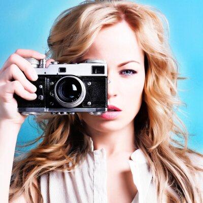 Картина Красивая блондинка фотограф женщина ретро камеру