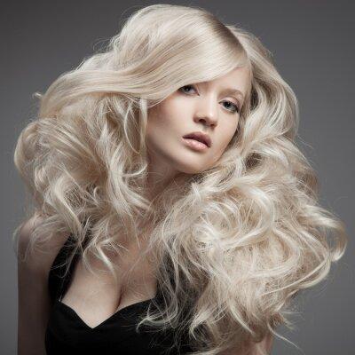Картина Красивая белокурая женщина. Вьющиеся длинные волосы