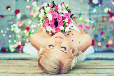 Картина Красивая блондинка невеста с букетом цветов