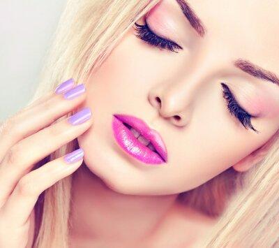 Картина Красивая блондинка с лиловым макияжа