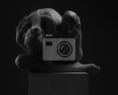 Красивое тело молодой женщины на темном фоне