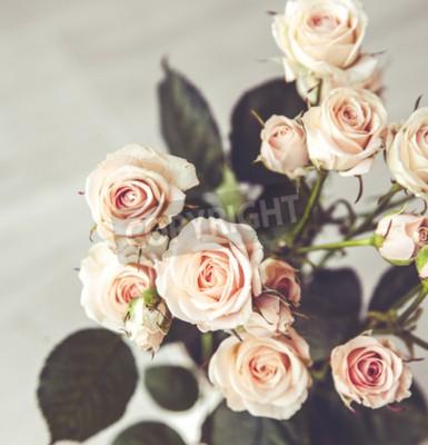 Картина Красивый букет из персиковых роз в винтажном вазе на черном фоне