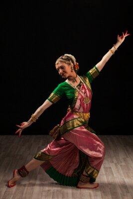 Картина Красивая девушка танцовщица индийского классического танца Бхаратанатьям