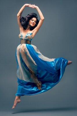 Картина красивая девушка, плавающие в воздухе, синие шелковые платья