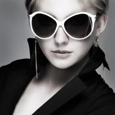 Картина красивая девушка находится в моде стиль на сером фоне, гламур