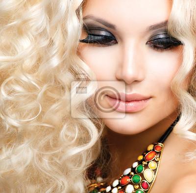 Картина Красивая девушка с вьющиеся светлые волосы
