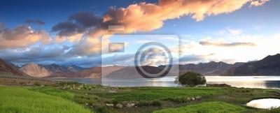 Прекрасный вид на озеро панорама пейзаж