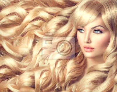 Картина Красивая модель девушка с длинными вьющимися светлыми волосами