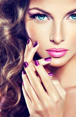 Картина красивая модель с вьющимися волосами и фиолетовый маникюр