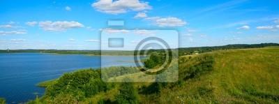 Красивый панорамный пейзаж с темно-синий, облачно