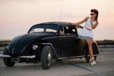 Картина Красивая девушка ПИН вверх ставит с горячей дорожного автомобиля