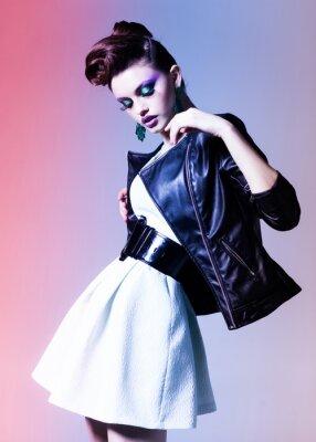 Картина красивая женщина, одетые элегантный панк создает драматическое