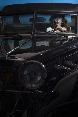 Картина красивая женщина в богатстве автомобиля