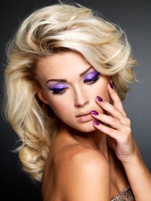Картина Красивая женщина с красоты фиолетовый маникюр и макияж глаз.