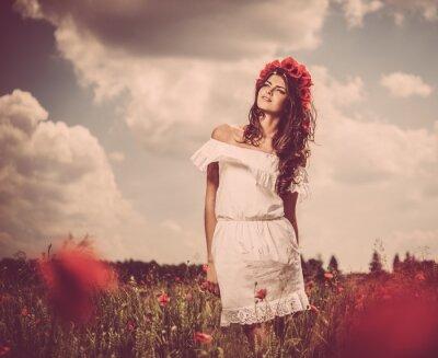 Картина Красивая молодая брюнетка девушка в мака подал