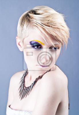 Красивая молодая женщина с ярко-наглую составляют