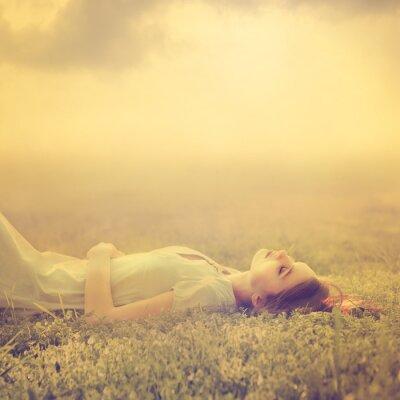 Картина Красивая молодая девушка мечтает лежал на волшебной поляне весной