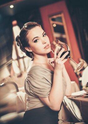 Картина Красивая молодая девушка с бокалом красного winein ресторан