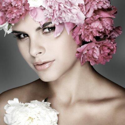 Картина Красивая молодая девушка с розовыми цветами
