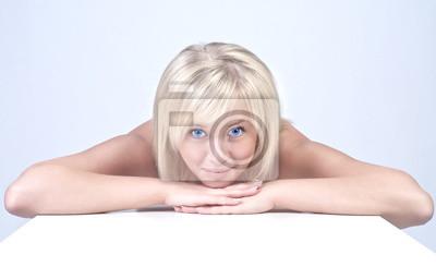 Красивая молодая дама со светлыми волосами портрет