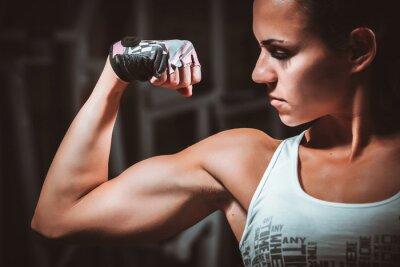 Картина Красивая молодая женщина во время фитнеса