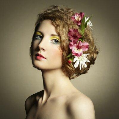 Картина Красивая молодая женщина с нежными цветами в волосах