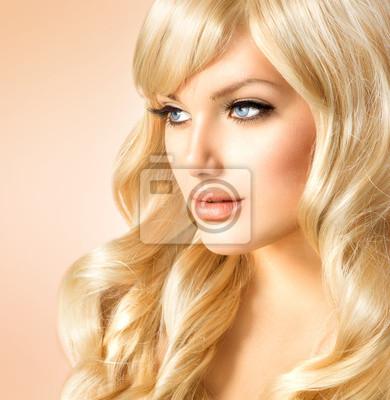 Картина Красивая девушка с длинными вьющимися светлыми волосами