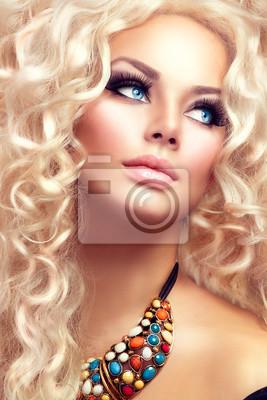 Картина Красота девушки со здоровой длинные вьющиеся волосы. Светловолосая женщина портрет